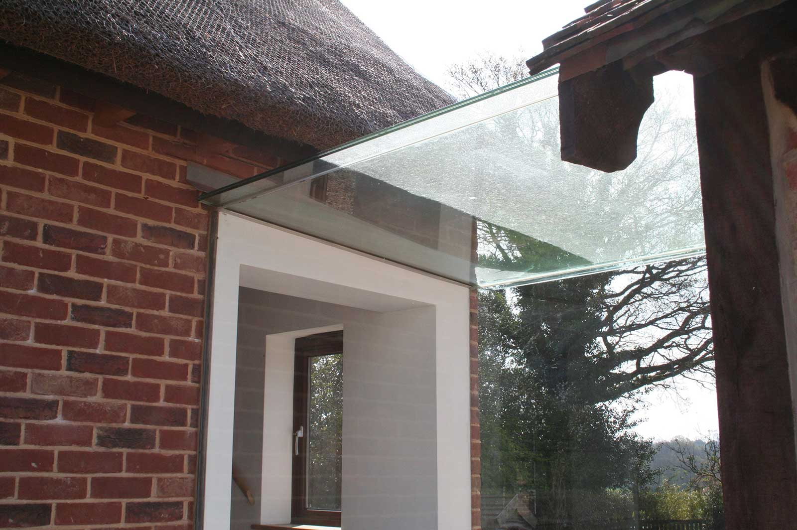 Frameless Glass Linkway with Glass Roof