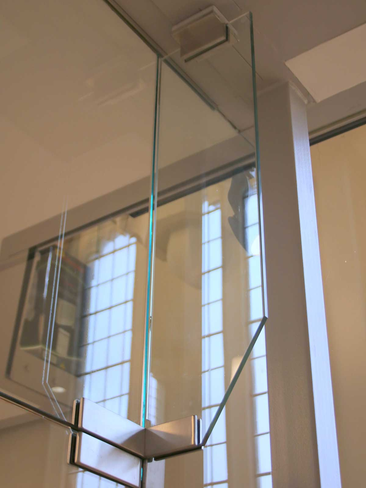 Structural Glass Fin, Bespoke Glass Installation with Brackets