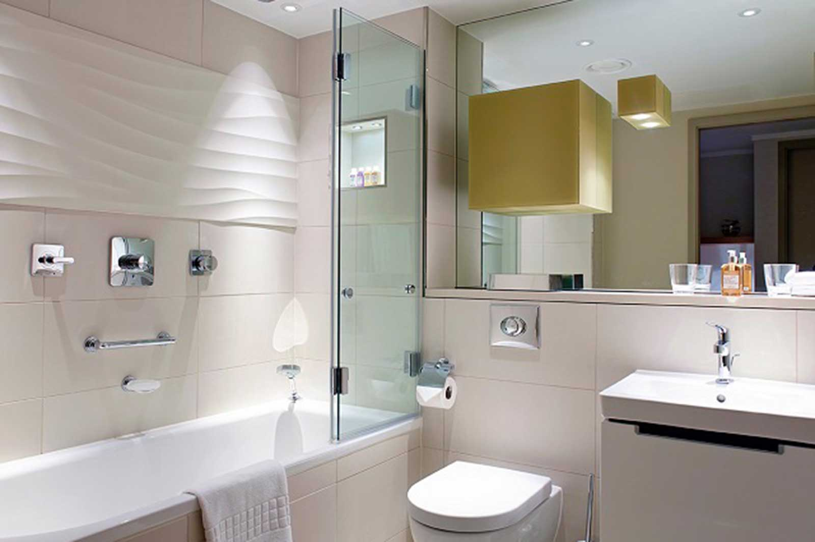 Folding Frameless Glass Bath Screen
