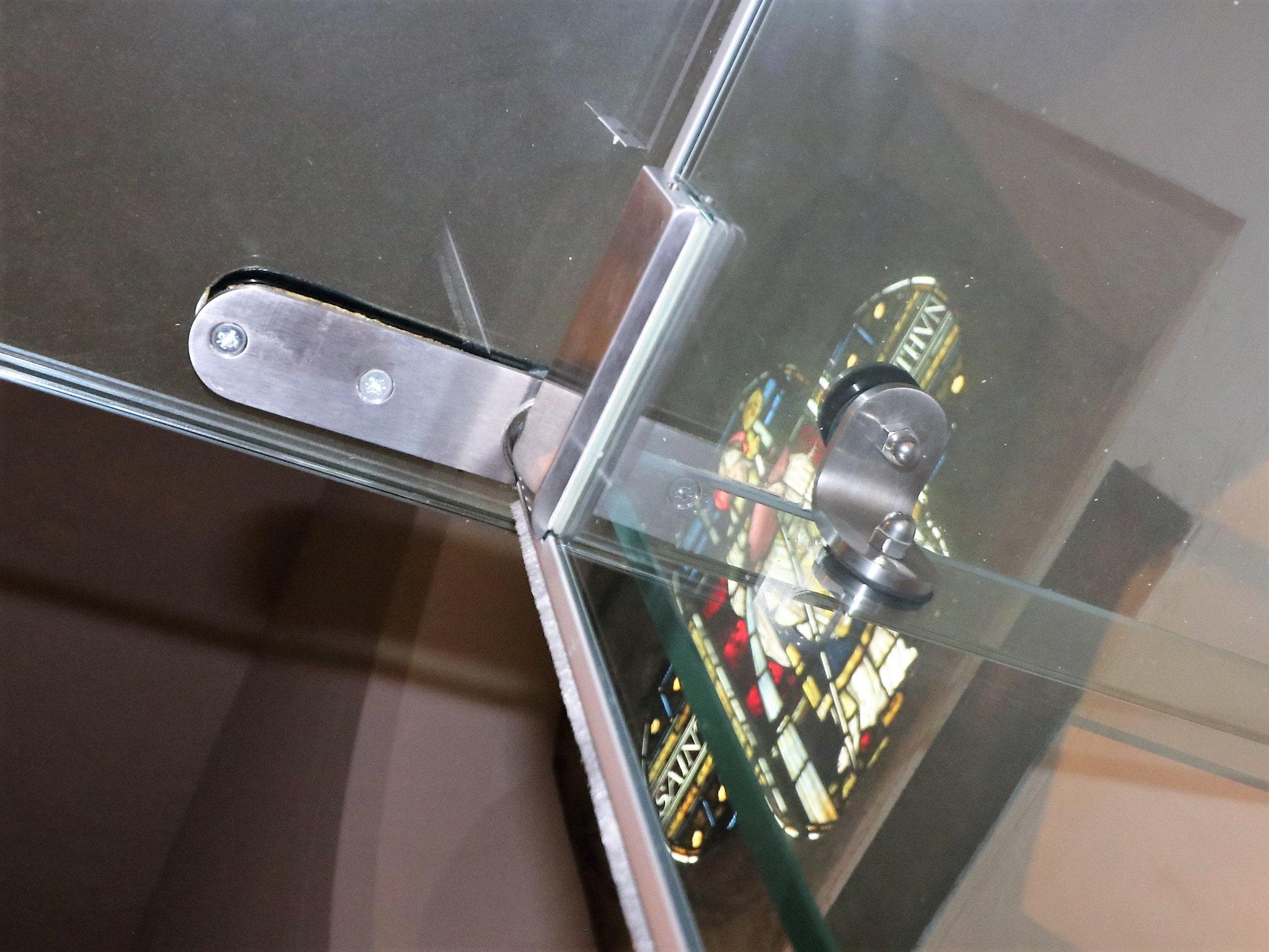 Door hinge for frameless glass screen set into glass ceiling panel