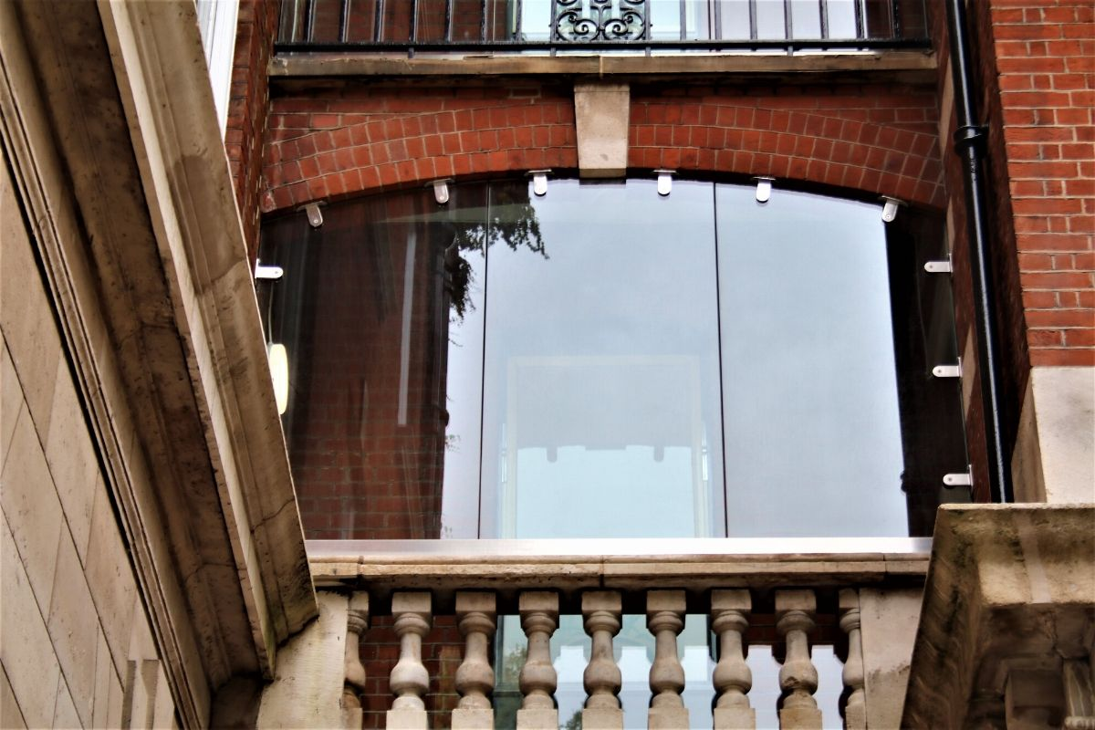 Bespoke arched glass screen, Kings College London